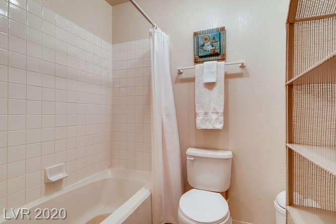 Summerlin condo in La Posada - bathroom tub/shower